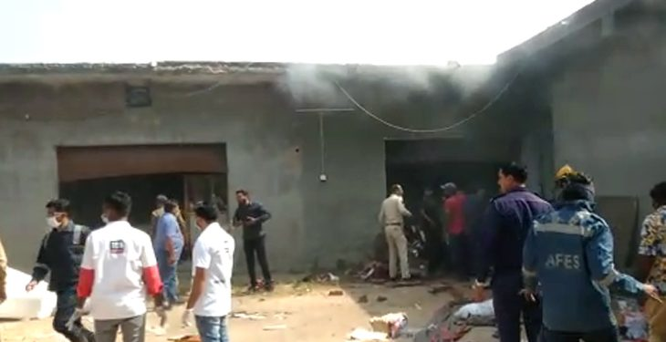 9-dead-two-seriously-injured-in-fire-in-a-textile-warehouse-in-Ahmedabad